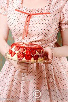 Dívka servíruje jahodový dort. Woman holding strawberry pie. Strawberry Pie, Fresh Fruit, Cool Pictures, Celebrity, Woman, Retro, Nice, Strawberry Cakes, Celebs
