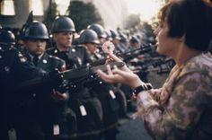 Jan Rose Kasmir de 17 años le regala una flor a un soldado durante una manifestación anti guerra en el Pentagono, 1967.