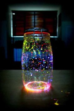 Glow in the dark jar! Really easy to make. You need glow sticks and an empty jar. Pot Mason Diy, Mason Jar Crafts, Bottle Crafts, Mason Jars, Galaxy Jar, Diy Galaxy, Diy Crafts For Girls, Fun Crafts, Fireflies In A Jar