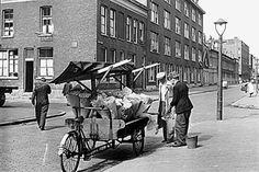 Rotterdam Crooswijk - Oud Crooswijk. De bloemenman kwam door de straat.