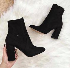 Últimos  do Dia  #sapatosfemininos #paraelas #lookdodia #sapatodesalto #estilomulher #saltoalto #eunamoda #beleza #calcados #instasapato #tendencia #sapatofeminino