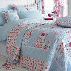 Schlafzimmer Tagesdecke himmelsblau rosa Blumen