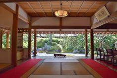 枯山水の美しい庭園に、ささやかに響く澄んだ水音。心洗われるひとときを過ごせるお茶室が、鎌倉・浄妙寺の「喜泉庵」。老舗和菓子屋「美鈴」の和菓子とお抹茶をいただきながら、穏やかな時間を過ごせる、至高のお寺カフェです。浄妙寺は足利氏ゆかりの寺として栄えた歴史を持つ、鎌倉五山第五位の古刹。本堂やあじさい散策路など、境内の見どころも併せてご案内します。