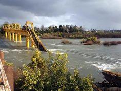La tarde del jueves el colapso de de tres pilares en el costado sur del puente Toltén, en la comuna de Pitrufquén, Región de La Araucanía, provocó la caída de un tren con 50 vagones de la e...