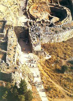 Rampa de acceso a la Puerta de los Leones, entrada principal de Micenas.