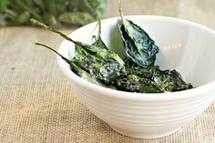 Move over kale chips, baked spinach chips are here! Veggie Chips, Kale Chips, Potato Chips, Chips Food, Gourmet Recipes, Diet Recipes, Snack Recipes, Healthy Recipes, Recipies