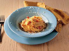 Carbonara Soslu Spagetti  Büyük bir tencerede tuz eklenmiş suyu kaynatın. Aynı esnada pancettaları yarım santimden biraz büyük çubuklar halinde kesin. Orta boy bir kasede yumurta sarısı, rendelenmiş peynirler ve 1/3 fincan suyu karıştırıp çokça karabiber ve tuz ekleyin. Orta boy bir tavada pancettaları zeytinyağının içinde kahverengi olana kadar ortalama 15 dakika…