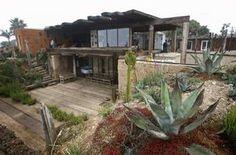 Rammed-earth house on an Ensenada cliff