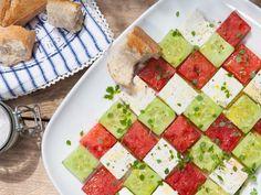 Dieser Salat aus Feta, Gurke und Melone ist nicht nur optisch ein Knaller - verfeinert mit zartem Basilikum wird er zu einem sommerlich-frischen Hochgenuss für den Gaumen!