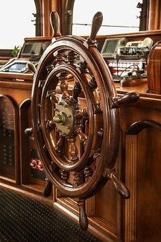 Drewniane koło sterowe - symbol trzymania steru władzy, właściwego dowodzenia, wybierania właściwego kursu i bezpiecznego dotarcia do celu... Morski wystrój wnętrz, żeglarskie dekoracje, nautyczne dodatki, marynistyczne dekoracje, drewniany model jachtu, żeglarski prezent, pamiątkowa marynistyczna dekoracja, morski wystrój wnętrz, żeglarskie dodatki, morskie upominki, żeglarski styl, prezent dla Żeglarza, upominek     _  Marynistyka.org, ⛵ Marynistyka.pl, ⚓ Marynistyka.waw.pl #Marynistyka