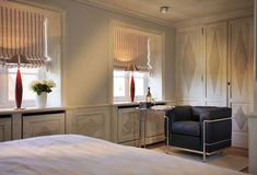 2 Schlafzimmer im Obergeschoss mit B&O-Fernseher und Lesesessel #Senhoog #Morsum #Sylt Kitchen Cabinets, Home Decor, Tv, Farmhouse, Cottage House, Bed Room, Decoration Home, Room Decor, Kitchen Base Cabinets