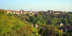 Rottenburg (Baden-Württemberg): Rottenburg am Neckar ist eine Mittelstadt im Landkreis Tübingen in Baden-Württemberg. Sie liegt rund 50 Kilometer südwestlich der Landeshauptstadt Stuttgart und etwa zwölf Kilometer südwestlich der Kreisstadt Tübingen. Nach Tübingen ist sie die zweitgrößte Stadt des Landkreises Tübingen und bildet ein Mittelzentrum für die umliegenden Gemeinden.  Seit dem 1. Mai 1972 ist Rottenburg am Neckar Große Kreisstadt. Mit den Gemeinden Hirrlingen, Neustetten und…