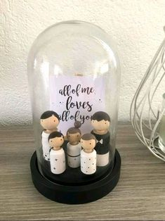 Deko Glasglocke, Cloche mit Familie Peg doll family in glass cloche Wood Peg Dolls, Clothespin Dolls, Diy Craft Projects, Diy And Crafts, Pretty Pegs, Diy Snowman Decorations, Kegel, Baby Keepsake, Wooden Pegs