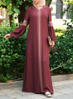 Bring a zest of floral elegance to your wardrobe with this sweeping abaya gown Tesettür Ayakkabı Modelleri 2020 Abaya Style, Hijab Style Dress, Hijab Chic, Mode Abaya, Mode Hijab, African Fashion Dresses, Fashion Outfits, Hijab Gown, Moslem Fashion