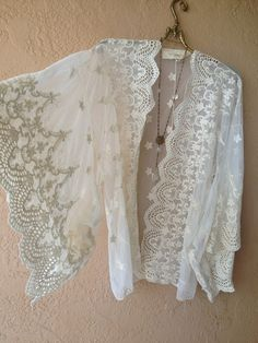 Image of Jens Pirate Booty Lace Bohemian Gypsy cape sleeve kaftan kimono Bohemian Kimono, Bohemian Mode, Lace Kimono, Bohemian Style, Bohemian Gypsy, Fashion Sewing, Kimono Fashion, Boho Fashion, Hippy Chic