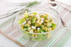 Insalata di lattuga, groviera, uova e avocado ricetta