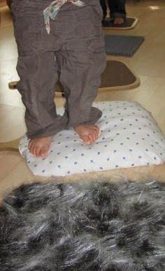 Alter: ab 6 Monaten Besonders gefördert: Tastsinn, Gleichgewichtssinn Hier seht ihr unseren Barfußpfad. Als Grundlage haben wir...