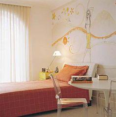 Ao folhear uma revista de decoração, Nathaly, 15 anos, se encantou por uma pintura especial na parede. O desenho serviu de inspiração para ambientar seu quarto, assinado pelo arquiteto João Armentano, que selecionou o laranja como cor predominante a pedido da garota. Outra ideia bem-vinda foi usar uma mesa de linhas contemporâneas em vez de escrivaninha. A arte na parede é obra do ateliê Adriana, Carlota e Helô.