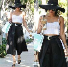 Mais uma combinação confortável e casual e estilosa da Vanessa!👒♥👡 Ela usa cropped branco + pantacourt, chapéu, cinto, óculos e tamanco pretos. #comfy #casual #style #vanessahudgens