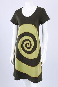 Grøn A-kjole med grøn/gul spiral.