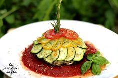 Portobello gefüllt mit Reis und roten Linsen. Bedeckt von zweierlei Zucchini und Tomate. Und dazu noch etwas Tomatensauce.