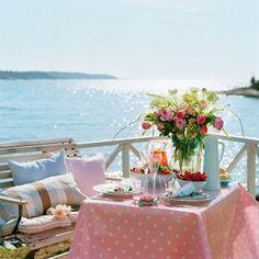 El almuerzo perfecto de verano. Vacaciones, sorpresa, comida, playa, mar, flores, picnic, verano.