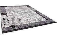 Een stijlvol en strak vloerkleed welke het beste in een woonkamer gebruikt kan worden met een stijlvolle klasse inrichting.