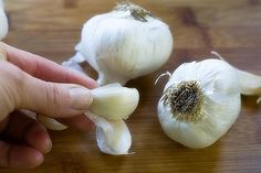 Reduce Cancer Risk By Over 40 % By Eating Raw Garlic Just Twice A Week! To take advantage of any potential anti-cancer benefits from raw garlic, certain rules apply. Cut and peel a piece of fresh garlic and let it rest for 15 minutes before eating it. Benefits Of Eating Garlic, Eating Raw Garlic, What Happened To You, What Happens When You, Chinese Garlic, Import From China, Garlic Head, In Natura, Joy Of Cooking