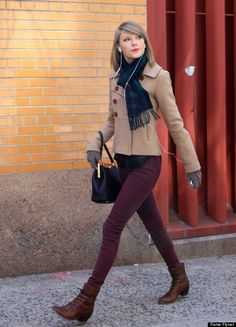 Taylor Swift - Street Style Cute with burgundy skinny jeans & little brown boots. Taylor Swift Skinny, Taylor Swift Moda, Taylor Swift Style, Taylor Swift Fashion, Taylor Swift Casual, Taylor Swift Outfits, Pastel Outfit, Fashion Mode, Look Fashion