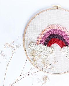 Regenbogen. Eines Tages finde ich ihn, den Anfang des Regenbogens. Und dann wenn ich da bin kletter ich rauf und besuche die… Embroidery Hoop Decor, Diy Embroidery, Yarn Projects, Sewing Projects, Punch Art, Punch Needle, Fiber Art, Cross Stitch, Weaving