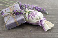 Fabriquez ce savon à la lavande pour un vrai moment de détente noté 4 - 2 votes Bien que la lavande soit synonyme de tradition, on ne semble pas se lasser cette belle fleur violettequi ne s'est jamais vraiment démodée. Son odeur douce évoque de beaux souvenirs à certains et apaise les autres. Ses propriétés...