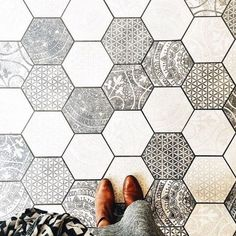 hexagon tile In conjunction with the W&D Renovates series, Wit & Delight provides a visual overview of cement tile, used as both flooring and in unexpected places. Deco Design, Tile Design, Floor Design, Design Design, Wit And Delight, Sweet Home, Hexagon Tiles, Hex Tile, Tiling