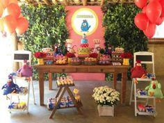 Margaridas e minirosas vermelhas ajudaram a compor a decoração da festa com tema Galinha Pintadinha, criada por Bruna Tilli (www.brunatillifestas.com.br)