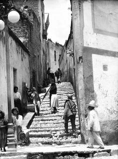 Tina Modotti Untitled (Guanajuato, Mexico), 1920's. (via)