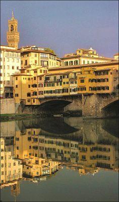 Reflejos sobre el Arno del #PonteVecchio http://www.florencia.travel/lugares-para-visitar/ponte-vecchio/ #Florencia #Firenze
