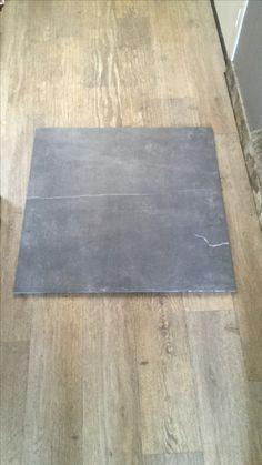 Epic Tegel hal en keuken stukje tussen eiland en keukenblok Rest van kamer is houten vloer