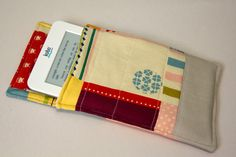 E-reader case. So cute, and great gift idea! I'm sure there's someone on your list with and e-reader? Pencil Case Tutorial, Zipper Pencil Case, Zipper Pouch Tutorial, Sewing Hacks, Sewing Tutorials, Sewing Crafts, Sewing Projects, Sewing Patterns, Diy Projects