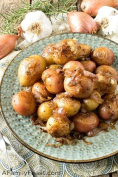 These easy and super flavorful Rosemary Garlic Baby Potatoes are a delicious side dish for any meal. Side Dish Recipes, Pork Recipes, Cooking Recipes, Garlic Potatoes Recipe, Baby Potato Recipes, Fat Burger, Potato Side Dishes, Baby Potatoes, Best Comfort Food
