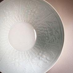 白磁印刻花文5.5寸鉢。  #sizuku さんでの個展は27日まで。  #ceramic #pottery #handcraft #tableware #bowl #白磁 #磁器 #うつわ #器 #鉢 #印刻 #稲村真耶