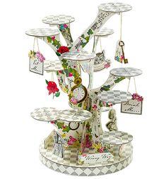 Spännande muffinsställning med motiv från vårt tema Truly Alice. Ställningen är gräddfärgad med grått mönster och har motiv av färgglada blommor och klockor. Förpackningen innehåller förutom ställningen med 12 st. hyllplan även 6 st. hängande dekorationer med guldsnören, 3 st. pappersfigurer från Alice i Underlandet och 3 st. hänvisningsskyltar. Instruktioner finns på förpackningens baksida. Ställningen blir ca 38 cm hög och 23 cm bred när den är färdigbyggd.