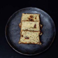 Babka ziemniaczana, czyli co gotować, żeby nie oszaleć. Na blogu pojawił się nowy przepis. 🍽️💛 Bezglutenowa babka ziemniaczana z mąką z cieciorki to kolejny wariant naszego ulubionego tradycyjnego dania #bezglutenu #babkaziemniaczana #jemzdrowo #wiemcojem #tradycja #przepis #foodbloger #foodphotography #foodstagram #foodporn #instagood #instafood #omnomnom #yummy #blogerkakulinarna #blogkulinarny #foodpic #foodpictures #blackpottery #pottery #handmadepottery #ceramika Feta, Food Porn, Dairy, Bread, Cheese, Blog, Brot, Blogging, Baking