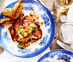 Stekt karré med tomat- och avokadosallad är en fräsch middagsrätt där skivad fläskkarré steks i matfett och serveras tillsammans med läckra tillbehör som ugnsrostad klyftpotatis och ljuvlig sallad, gjord på avokado, rödlök, tomater, olivolja och vinäger. Fest till vardags!