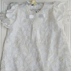 Belíssimo vestido exclusivo na cor off White, com aplicações manuais de pérolas.  Tam 1 a 2 anos.  Vestido exclusivo  Peça única