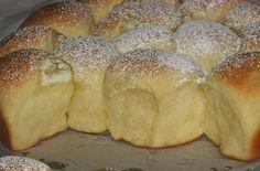 Buchty jsou tradiční pochoutkou našich babiček. Nádivka ořechová, maková nebo jen džem nebo čokoláda, no prostě neodolatelné! Posypané moučkovým cukrem. Mňamka!