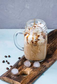 How to make an easy skinny mocha frappe recipe just like McDonald's at home. Mocha Frappe Recipe, Mocha Frappuccino, Frappuccino Recipe, Mcdonalds Mocha Frappe, Frozen Coffee Drinks, Cake Batter Dip, Mocha Coffee, Iced Mocha, Fancy Cupcakes
