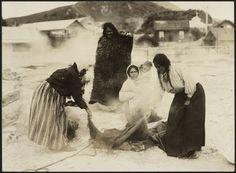 Unidentified Maori women around a food tray Abstract Sculpture, Wood Sculpture, Bronze Sculpture, Polynesian People, Maori People, Aboriginal People, Maori Art, Ice Sculptures, Historical Pictures