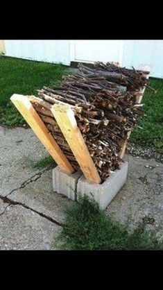 Brilliant idea for storing firewood outside. More We love this simple DIY Firewood Rack. 2 cinderblocks and 4 and bam - you have a cool little spot for kindling and firewood. Yet another great find on Diy Fire Pit, Fire Pit Backyard, Backyard Patio, Diy Patio, Backyard Storage, Backyard Seating, Wood Patio, Garden Seating, Rustic Patio