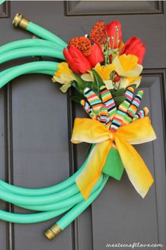 Garden Hose Spring Wreath: Don't throw a broken hose away! Use it to make this cute accessory for your front door instead. Click through to find more DIY Easter wreath ideas for your front door.