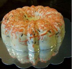 gelatina nuez y zanahoria 2 zanahorias grandes,1 lata de piña en pedacitos, 2 tazas de nuez, 5 sobres de grenetina o 35 gramos, 2 latas de leche evaporada, 1lata de leche condensada, 1 lata de media crema,1 botecito o 1 taza de yogurt griego, aceite para engrasar el molde. Procedimiento: hidratar la grenetina en 1 taza de agua dejar reposar en el refrigerador por unos 6 a 8 minutos, lavar las zanahorias, rallarlas, vaciar las zanahoria en el molde ya engrasado, despues poner una capa de…