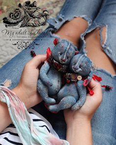 Recycling Old Jeans For Kids Toys And De - maallure Jean Crafts, Denim Crafts, Teddy Bear Sewing Pattern, Handmade Stuffed Animals, Teddy Bear Toys, Teddy Bears, Mode Jeans, Denim Ideas, Fabric Animals